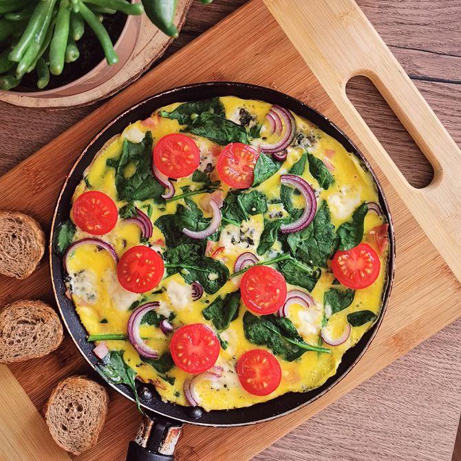 Náhľad receptu Vajíčková omeleta so sušenou šunkou, špenátom, syrom niva, červenou cibuľou a paradajkami